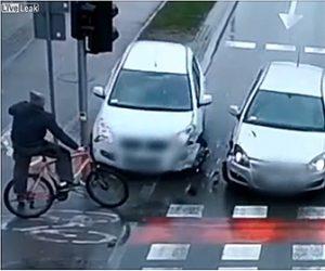 【動画】交差点で2台の車が接触し信号待ちの自転車に突っ込むが…