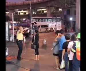 【動画】タイの新型コロナ対策が凄い。バスに乗る人達はスプレーで全身を除菌される衝撃映像