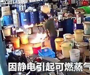 【動画】作業場で作業中に火が出てしまい、男性が必死に火を消そうとするが…