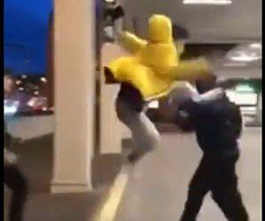 【動画】若者が男性に飛び蹴りをするが失敗し…