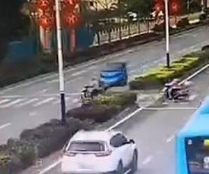 【動画】横断歩道を進むスクーターが猛スピードの車にはね飛ばされる衝撃事故映像