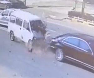 【動画】ベンツに猛スピードの軽ワゴンが突っ込みフロントガラスを突き破って運転手が飛び出てくる