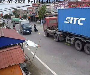 【動画】2人乗りバイクが対向車線にはみ出しトラックを追い越そうとするが対向車に大型トラックが…
