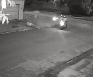 【動画】歩道を歩く男性がバイクに乗って現れた殺し屋に至近距離から銃を撃ちまくられるが…