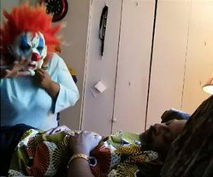 【動画】妻がピエロのマスクをして昼寝している夫を起こすと…