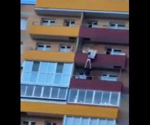 【動画】15階バルコニーから女性が飛び降りてしまうが下の階にいた警察官が…