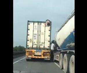 【動画】トラックの上にいる少女が運転手に降ろされ道の脇に捨てられる衝撃映像