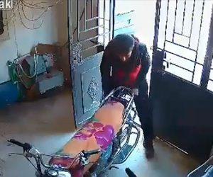 【動画】家に侵入してきた男がバイクを盗もうとするが家主が気付き…