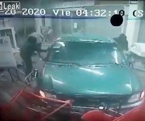 【動画】強盗が乗ったトラックが店に突っ込み清掃中の女性をはね飛ばす衝撃映像