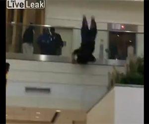 【動画】ショッピングモールで手すりを乗り越え女性が飛び降りてしまう衝撃映像