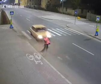 【動画】未成年が運転する猛スピードの車が道を清掃している女性をはね飛ばしてしまう衝撃映像