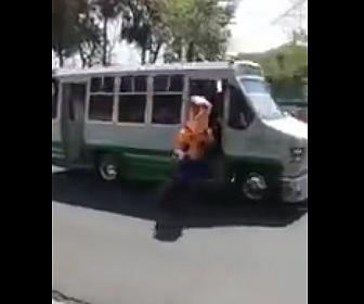 【動画】走っているバスから飛び降りたウッディが…