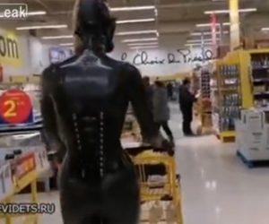 【動画】スーパーで買い物をする女性。新型コロナウイルス対策がヤバすぎる衝撃映像