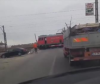 【動画】ルーマニアで電車が踏切で停車。停車した理由がヤバすぎる