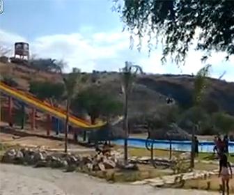 【動画】少年がウォータースライダーを滑るがスピードが出過ぎてプールを飛び越え…