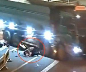 【動画】右折する大型トラックが女性が乗るスクーターを巻き込んでしまうが…