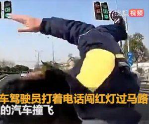 【動画】電話をしながらスクーターに乗る男性が信号無視をして…