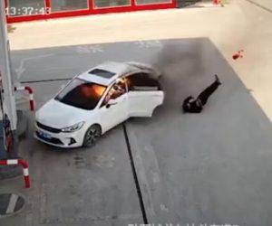 【動画】ガソリンスタンドに炎上する車が突っ込み火だるまの男性が飛び出てくる衝撃映像