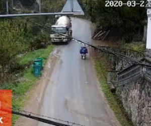 【動画】スクーターを避けようとしたミキサー車が溝にはまり横転してしまう衝撃映像