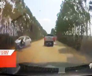 【動画】前の車を追い越そうした2人乗りバイクが対向車と正面衝突してしまう衝撃映像