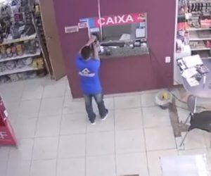 【動画】手の消毒をしようとする男性が間違えてポットを押してしまい…