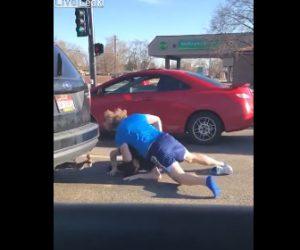 【動画】ロードレイジで男性2人が車道で殴り合い 衝撃の結末