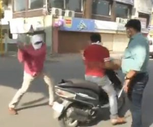 【動画】インドで封鎖された町をバイクで走る男達が警察に見つかり…