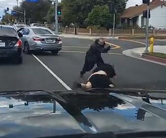 【動画】ロードレイジで男性2人が車道で激しい殴り合いをする衝撃映像