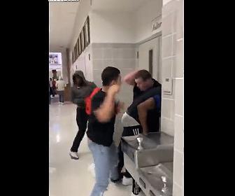 【動画】学校で大乱闘。廊下で激し殴り合いになる衝撃映像