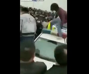 【動画】封鎖された中国で暴動。大勢の市民が警察官に襲いかかる衝撃映像