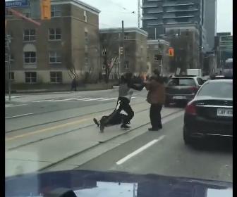 【動画】ロードレイジで運転席から降りてきた男が男性2人を一瞬で殴り倒す衝撃映像