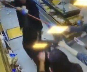 【動画】男がパン屋で大暴れ。商品のパンをまき散らす衝撃映像