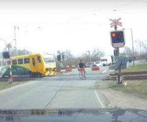 【動画】踏切で電車を待つ男性。電車が通り過ぎてすぐに遮断機を上げ踏切に入るが反対から電車が…