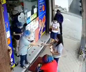 【動画】歩道にいる女性が後ろから現れた男にバッグを強引に奪われる衝撃映像