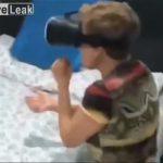 【動画】男性が部屋に入ると母親がVRゴーグルを付け…衝撃映像