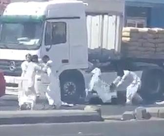【動画】ロードレイジで運転手が車道で激しい殴り合いをする衝撃映像