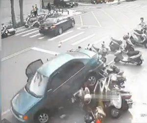 【動画】コントロールを失った車がバックで暴走。マイクに突っ込んでいく衝撃映像