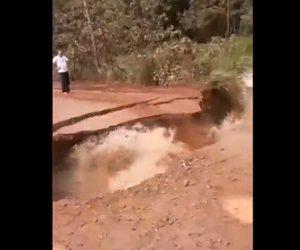 【動画】洪水で濁流により道が崩落し分断されてしまう衝撃映像