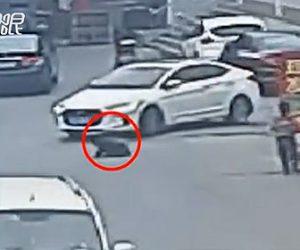 【動画】少年が車道に座ってしまい左折してきた車に轢かれてしまう衝撃映像