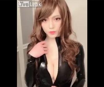【動画】セクシー美女が胸元のジッパーを下すが…