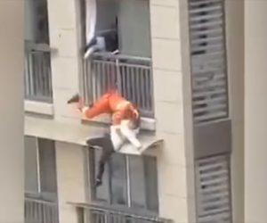 【動画】高層マンションの柵を越えて飛び降りようとする少女をレスキュー隊が助けようとするが…