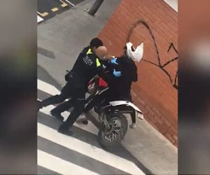 【動画】スペインで封鎖中の街をバイクに乗る男性が警察官に見つかり…