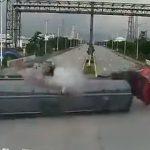 【動画】交差点でタンクローリーに猛スピードのはしご車が突っ込み炎上してしまう衝撃映像