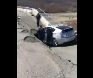 【動画】回避不能。前を走るトラックが橋を通った直後に橋が崩落し…