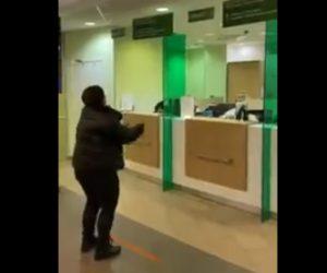 【動画】新型コロナウイルス対策が凄いロシアの銀行。窓口に客が来るが…