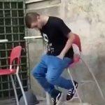 【動画】椅子に座り眠ってしまった男性に悲劇が…