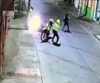 【動画】バイクに乗った警察官が自転車の男を止めるが至近距離で銃撃戦になる衝撃映像
