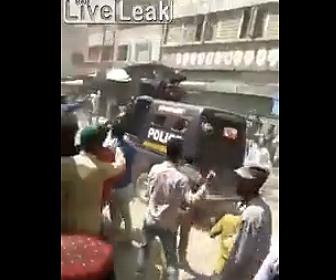 【動画】パキスタンで市民が暴走。外出禁止を無視し警察に石を投げまくる衝撃映像