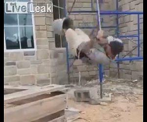 【動画】紐で吊るしたバケツに両足を入れ紐を引っ張って持ち上がろうとするが…
