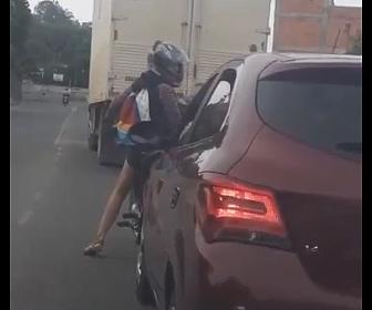 【動画】バイクVS車 車が女性ライダーに突っ込んでいく衝撃映像【ロードレイジ】
